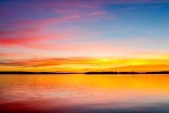 Coucher du soleil coloré au-dessus de lac Images libres de droits