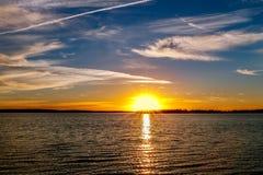 Coucher du soleil coloré au-dessus de lac Photographie stock libre de droits