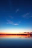 Coucher du soleil coloré au-dessus de lac Image stock