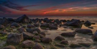 Coucher du soleil coloré au-dessus de mer baltique Image stock