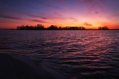 Coucher du soleil coloré au-dessus de mer Ciel rouge et orange photo libre de droits