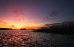 Coucher du soleil coloré au-dessus de mer Ciel rouge et orange image stock