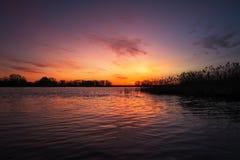 Coucher du soleil coloré au-dessus de mer Ciel rouge et orange photos stock