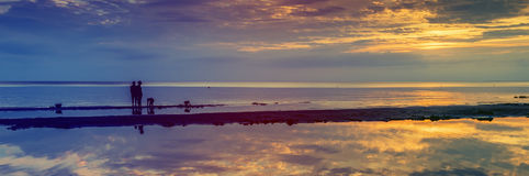 Coucher du soleil coloré au golfe oh Riga, l'Europe photo libre de droits