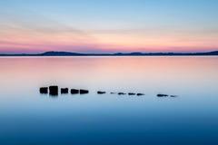 Coucher du soleil coloré au lac photographie stock