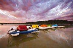 Coucher du soleil coloré avec des bateaux de palette   Images stock
