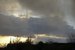 Coucher du soleil coloré avec des nuages de tempête Photo libre de droits