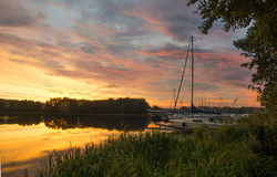 Coucher du soleil coloré avec des yachts images libres de droits