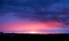 Coucher du soleil coloré, ciel brûlant Image stock