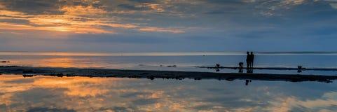 Coucher du soleil coloré dans Jurmala, mer baltique photo stock