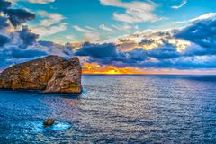 Coucher du soleil coloré dans le capo Caccia images libres de droits