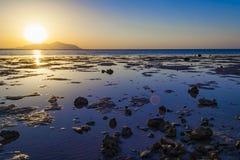 Coucher du soleil coloré dans le Sharm-el-Sheikh, Egypte au-dessus de l'île de Tiran, rouge photos libres de droits