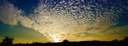 Coucher du soleil coloré dans les nuages Images stock