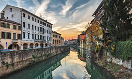 Coucher du soleil coloré de Padoue, Italie paysage urbain de petit canal photographie stock libre de droits