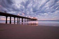 Coucher du soleil coloré de pilier de Manhattan Beach Photographie stock libre de droits