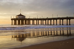 Coucher du soleil coloré de pilier de Manhattan Beach Image libre de droits
