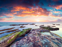 Coucher du soleil coloré de ressort de la plage de Giallonardo Images libres de droits