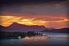COUCHER DU SOLEIL COLORÉ DE VUE DE POROS ISLAND-GREECE-SEA photographie stock