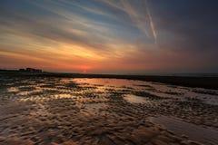 Coucher du soleil coloré dramatique sur la plage à Ostende, Belgique photo libre de droits