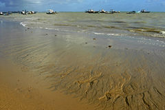 Coucher du soleil coloré, plage et bateaux de pêche, Brésil photo stock