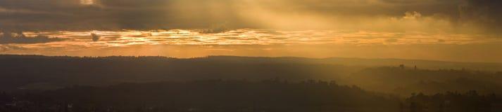 Coucher du soleil coloré renversant au-dessus d'horizontal image stock