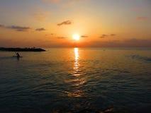 Coucher du soleil coloré spectaculaire sur l'océan Image stock