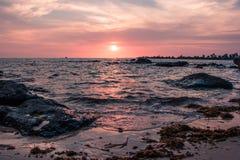Coucher du soleil coloré sur la côte du golfe de Thaïlande Photographie stock libre de droits