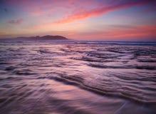 Coucher du soleil coloré sur la plage Photo libre de droits