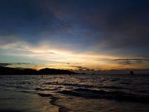 Coucher du soleil coloré vibrant sur la plage de la Thaïlande photographie stock