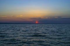 Coucher du soleil color? avec le ciel nuageux bleu au-dessus de la mer Paysage de relaxation photographie stock libre de droits