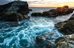 Coucher du soleil cornouaillais rocailleux de côte photographie stock