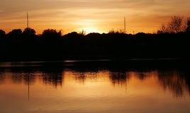 Coucher du soleil, crépuscule, crépuscule, silhouettes, silhouettes de coucher du soleil, environnement, paysage, lac, arbres, ve Photos libres de droits