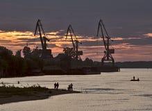 Coucher du soleil cramoisi au-dessus de la rivière Ob avec des grues images stock