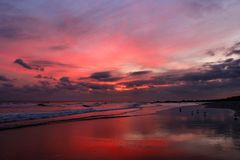 Coucher du soleil cramoisi dans Long Beach Image libre de droits