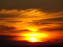 Coucher du soleil cramoisi fantastique Photos stock