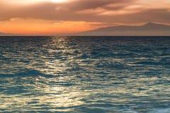 Coucher du soleil cramoisi sur le rivage du witt de ciel orange et de mer calme Photo stock