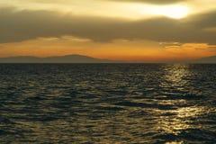 Coucher du soleil cramoisi sur le rivage du witt de ciel orange et de mer calme Photos libres de droits