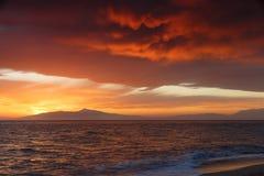 Coucher du soleil cramoisi sur le rivage du witt de ciel orange et de mer calme Image libre de droits