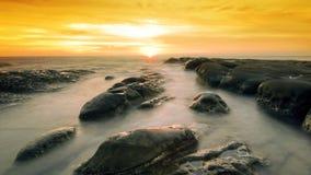 Coucher du soleil d'or à l'astuce du Bornéo Images libres de droits
