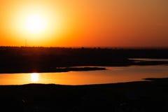 Coucher du soleil d'écarlate au-dessus de la baie Photos stock
