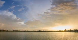 Coucher du soleil d'éclat et ciel bleu Photo stock