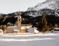 Coucher du soleil d'église de dolomites d'hiver Photos libres de droits