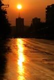 Coucher du soleil d'été au-dessus d'horizon de ville Image libre de droits