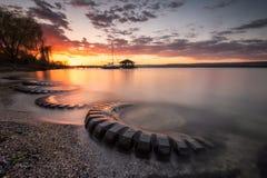 Coucher du soleil d'été au-dessus du lac Photo libre de droits