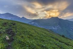 Coucher du soleil d'été dans les montagnes de l'Azerbaïdjan Photos stock