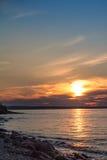 Coucher du soleil d'été, rivage de la grande rivière Image libre de droits