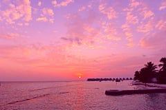Coucher du soleil d'île des Maldives Photographie stock libre de droits