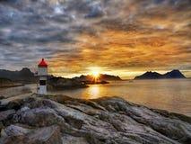 Coucher du soleil d'îles de Lofoten, paysage de littoral de fjord images libres de droits