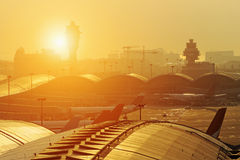 Coucher du soleil d'aéroport Photographie stock libre de droits