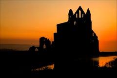Coucher du soleil d'abbaye de Whitby Image stock